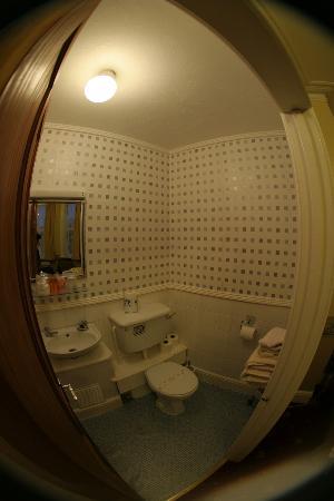 Lakeside Guest House: The bathroom