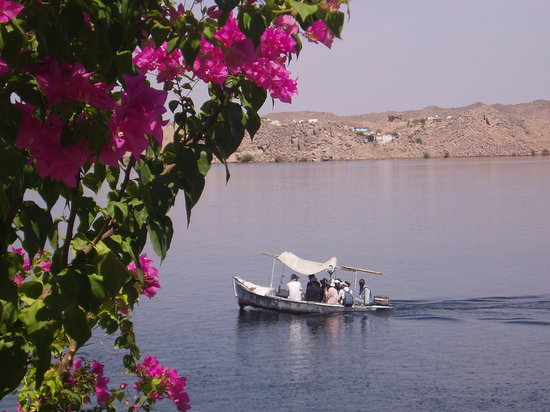 Aswan, Egypten: locals sailing the river Nile