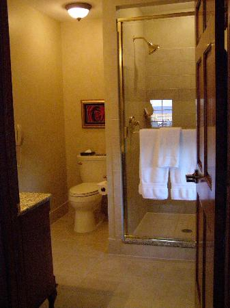 The Port Hotel Restaurant and Inn: The bathroom