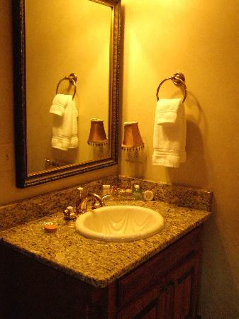 The Port Hotel Restaurant and Inn: Another view of the bathroom