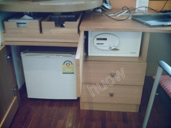 iCheck Inn Sukhumvit 19 : Minibar & inroom safe