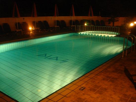 Dias Hotel & Apartments : the pool from night