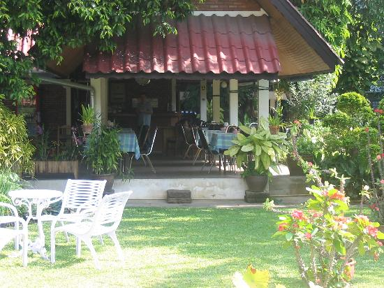 ‪‪Baan Kaew Guesthouse‬: Cafe on covered porch, next to courtyard‬