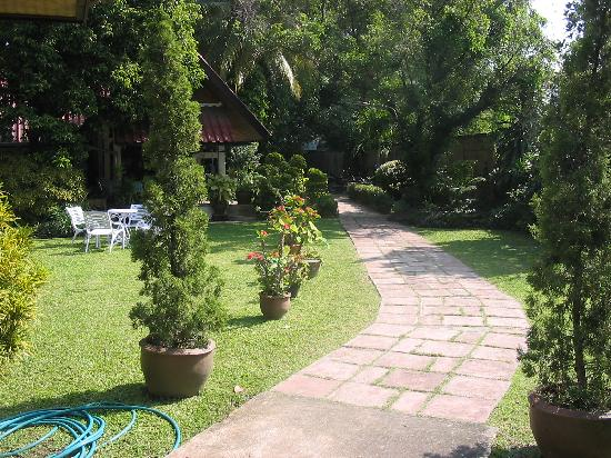 Baan Kaew Guesthouse: Path through courtyard; cafe in background