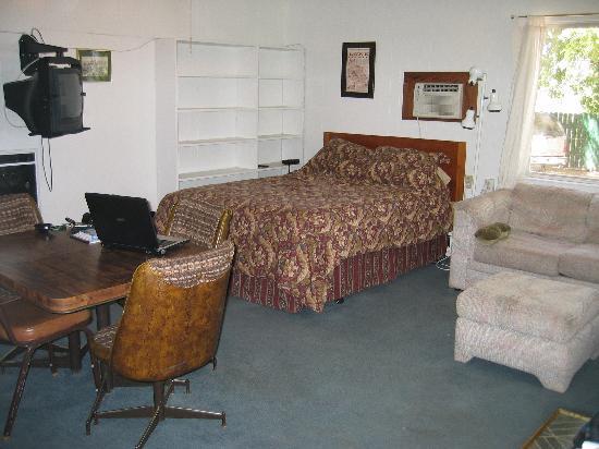 Edgewater Resort and RV Park: Cabin 7 Main room