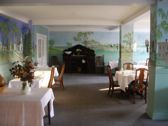 The Castine Inn: Dinning room, good food in a hand painted room.