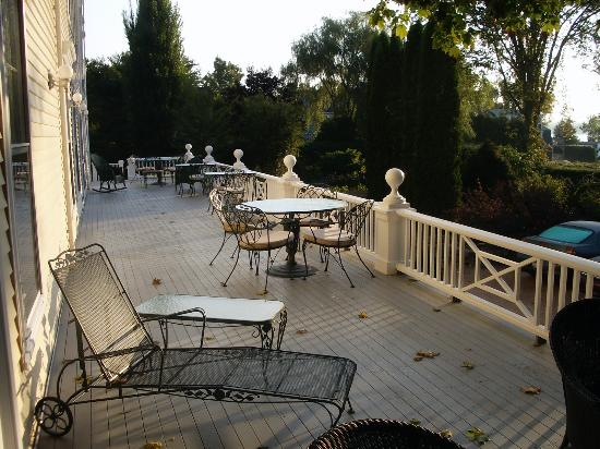 The Castine Inn: Side porch of Castine Inn, large, pretty and with great views