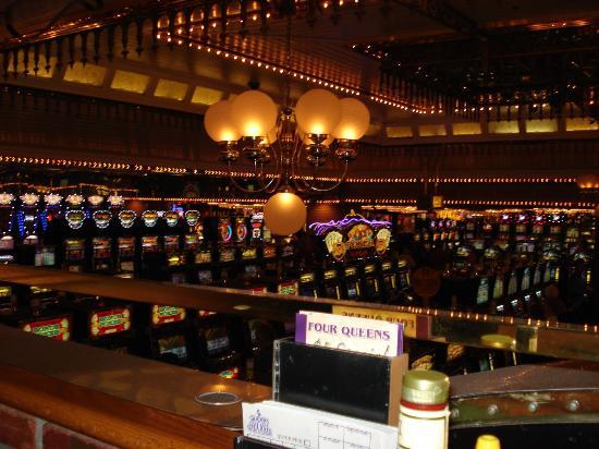 Four Queens Hotel and Casino: casino floor from magnolias restaurant