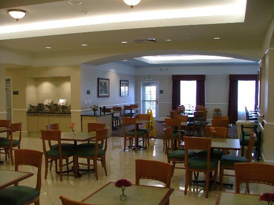 La Quinta Inn & Suites Arlington North 6 Flags Dr: The breakfast area