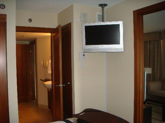 Embassy Suites by Hilton Montreal: Bedroom TV