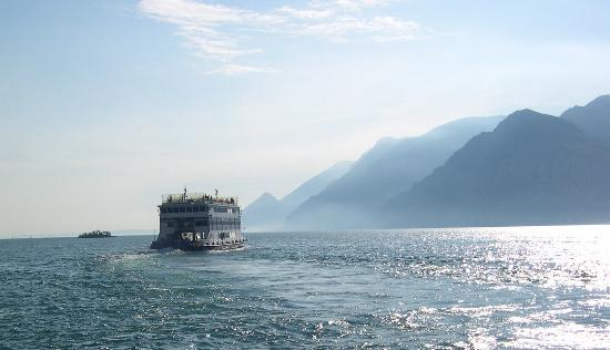 Hotel Malcesine: Ferry sailing south from Malcesine