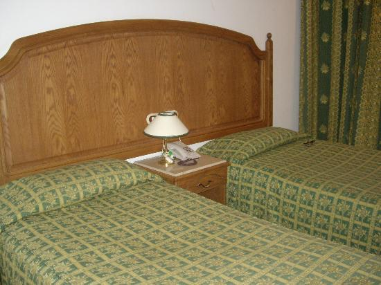 Catherine Plaza Hotel: 2 twin beds inside the room