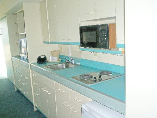 Surf Club Oceanfront Hotel & Beach House: Kitchen area