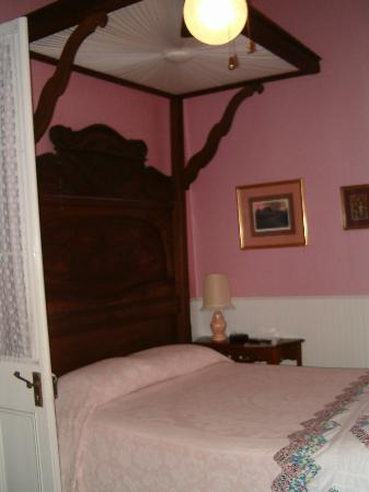 T'Frere's Bed & Breakfast: the room and it's 4 poster bed