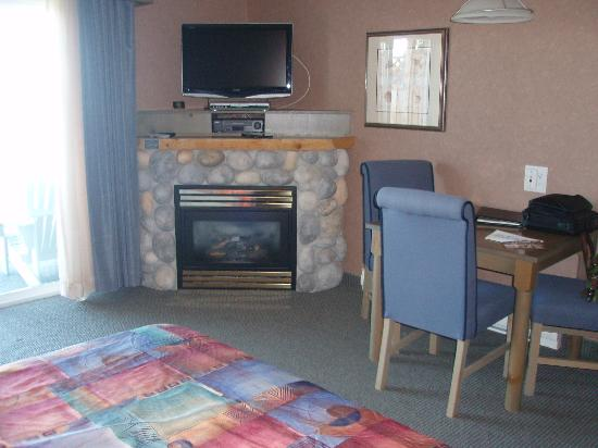 Kingfisher Oceanside Resort and Spa: Fireplace & Flatscreen TV