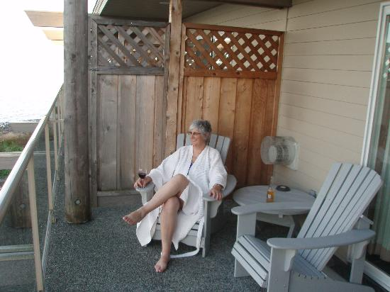 Kingfisher Oceanside Resort and Spa: Relaxing on the deck