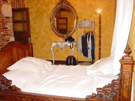 Reventin-Vaugris, France: Bed in one of the suites