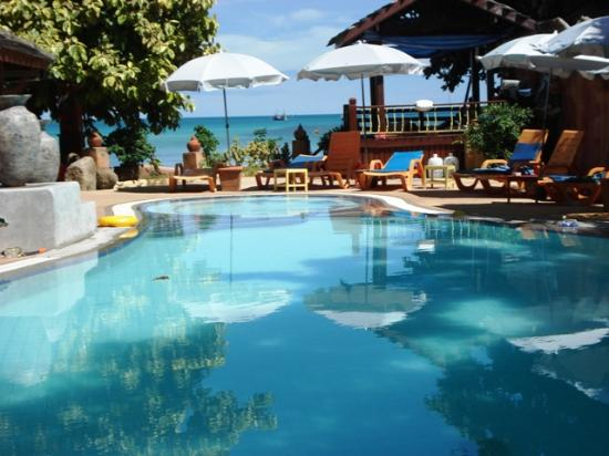 Corto Maltese Resort: piscine en face de la chambre