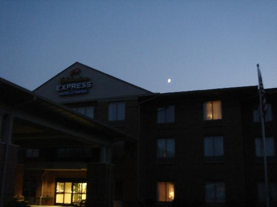 Holiday Inn Express & Suites Dayton-Centerville: Holiday Inn Express at Night