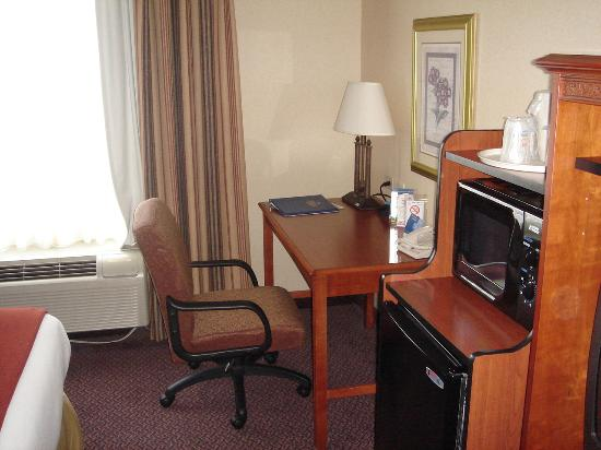 Holiday Inn Express & Suites Dayton-Centerville: Holiday Inn Express Desk Refrigerator and Microwave