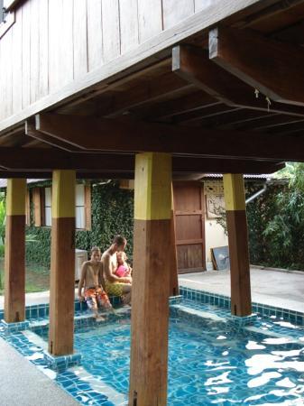 Baan Hom Samunphrai: la petite piscine sous la salle de massage
