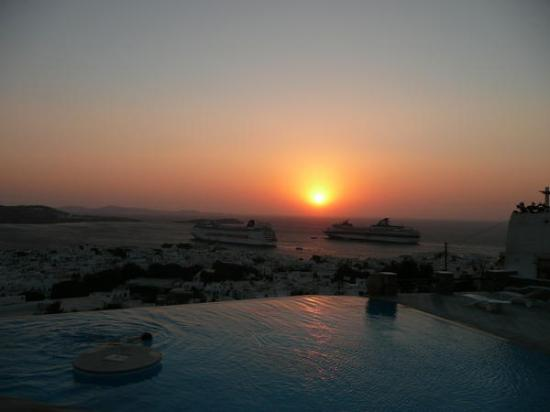Vencia Hotel: The pool at sunset.