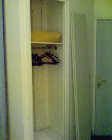 Hotel Printania Porte de Versailles: L'armoire démontée