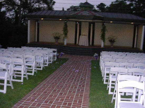 Preston Woodall House Bed and Breakfast: outside set up for ceremony