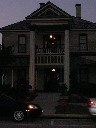 Preston Woodall House Bed and Breakfast: front of hosue