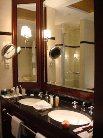 Hotel Adlon Kempinski: Bathroom