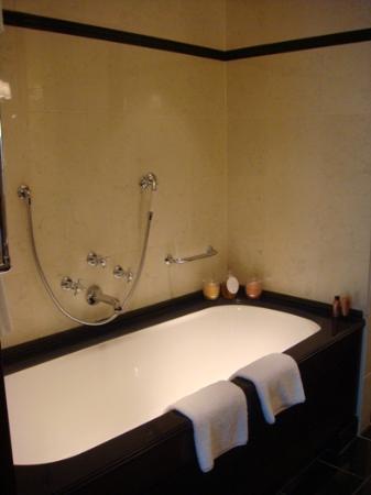 Hotel Adlon Kempinski: Bath