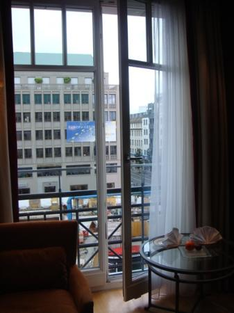 Hotel Adlon Kempinski: Full Windows in Room