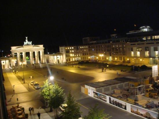 Hotel Adlon Kempinski: Night view of Brandenburger from room