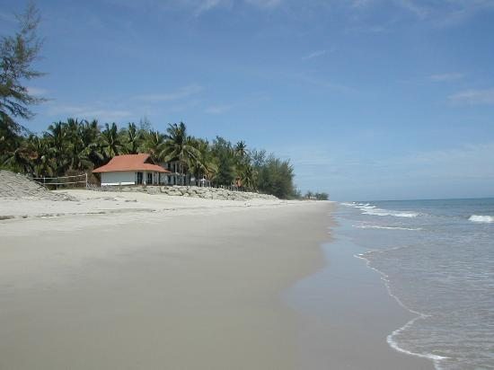 Sutra Beach Resort Terengganu: Vista spiaggia e bungalows