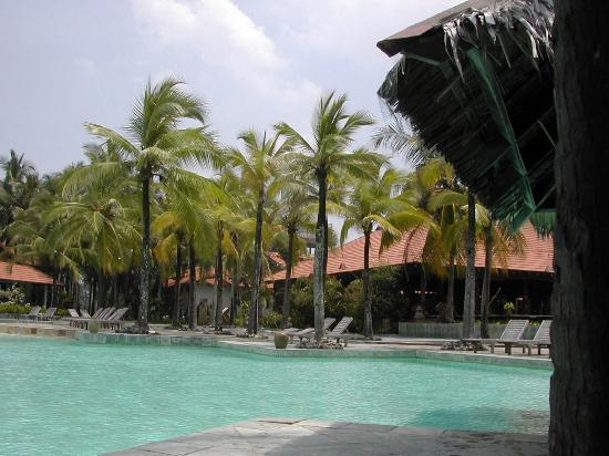 Sutra Beach Resort Terengganu: Piscina e ristorante