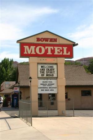 Bowen Motel: Sign