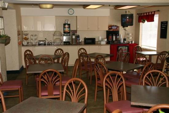 Econo Lodge Denver International Airport: breakfast area