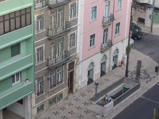 Masa Hotel Almirante : Blick vom Balkon Hotel Almirante auf Metrostation gegenüber