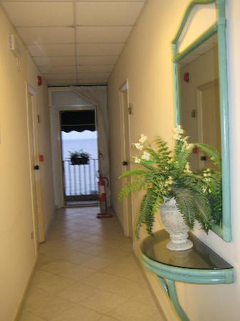 Hotel Tysandros: Hallway - balcony at end