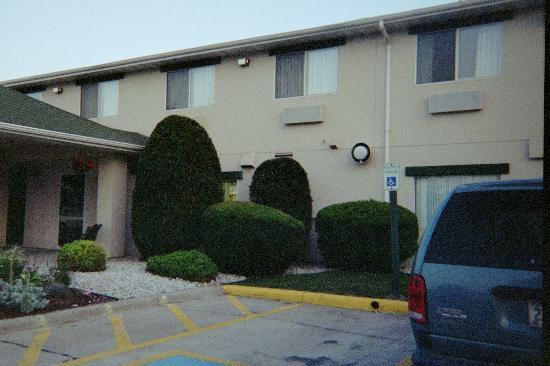 Quality Inn Manitowoc: Room just above the large hedge