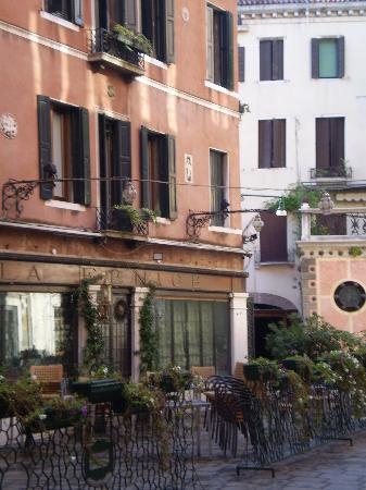 Hotel La Fenice Et Des Artistes: luogo tranquillo benchè centrale