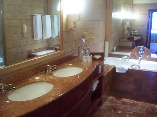Michelangelo Hotel: full bathroom