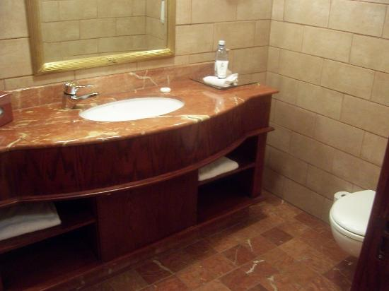 Michelangelo Hotel: half bath