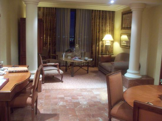 Michelangelo Hotel: living and dining area