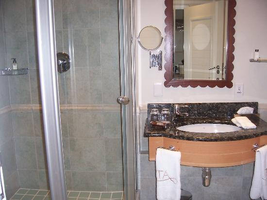 The Twelve Apostles Hotel and Spa: shower