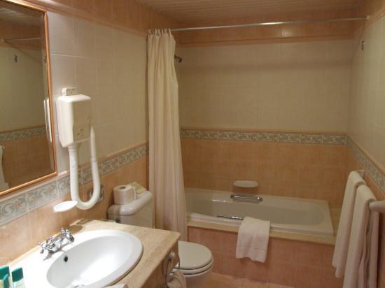 Grand Hotel Gozo: Bathroom