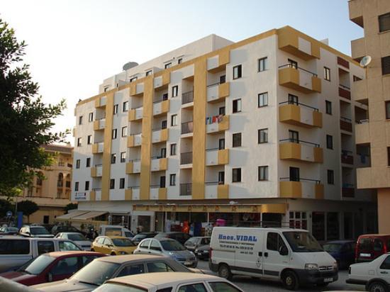 Apartamentos Poniente Playa: Front of hotel