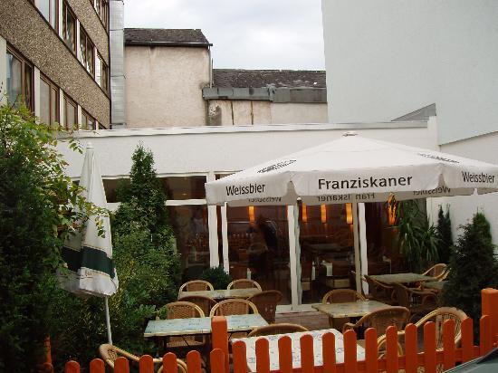 Cityhotel Primavera: The terrace bar and entrance