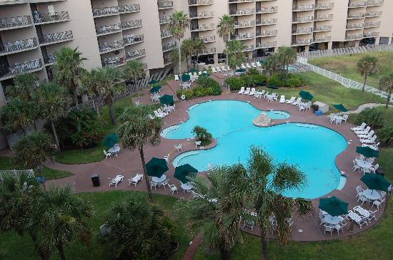 Sandcastle Condominiums & Conference Center: Directly below our room, the pool.