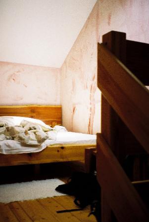 Hotel Cafe Razy: Sleeping area in room no. 13